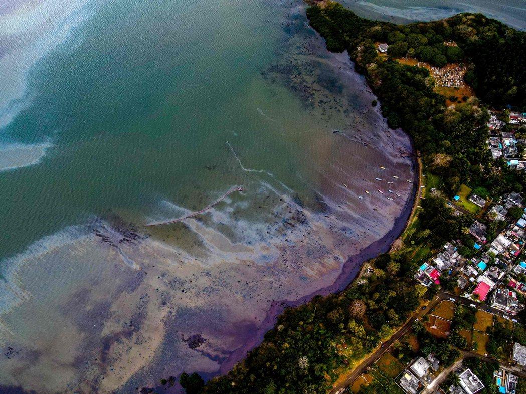 模里西斯全島幾乎都被珊瑚礁環繞,海陸生態極其多元,更孕育許多稀有、特有或瀕絕物種...