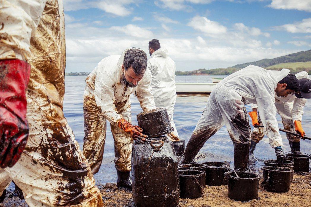 若潮號至今船身裂縫仍在擴大,石油也仍在流洩擴散中。 圖/歐新社