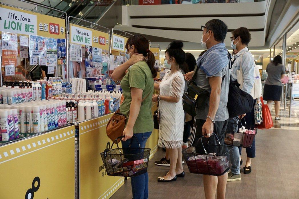 南紡購物中心首次舉辦南部獨家嬌生聯合品牌展售會,現場集結超過30個國內外美妝保養...