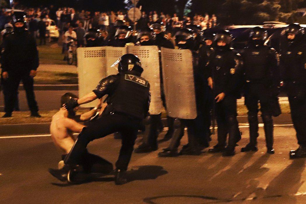 以明斯克為衝突核心的白俄羅斯警民衝突,已出現了「街頭抗爭要塞」的巷戰狀態。圖為9...