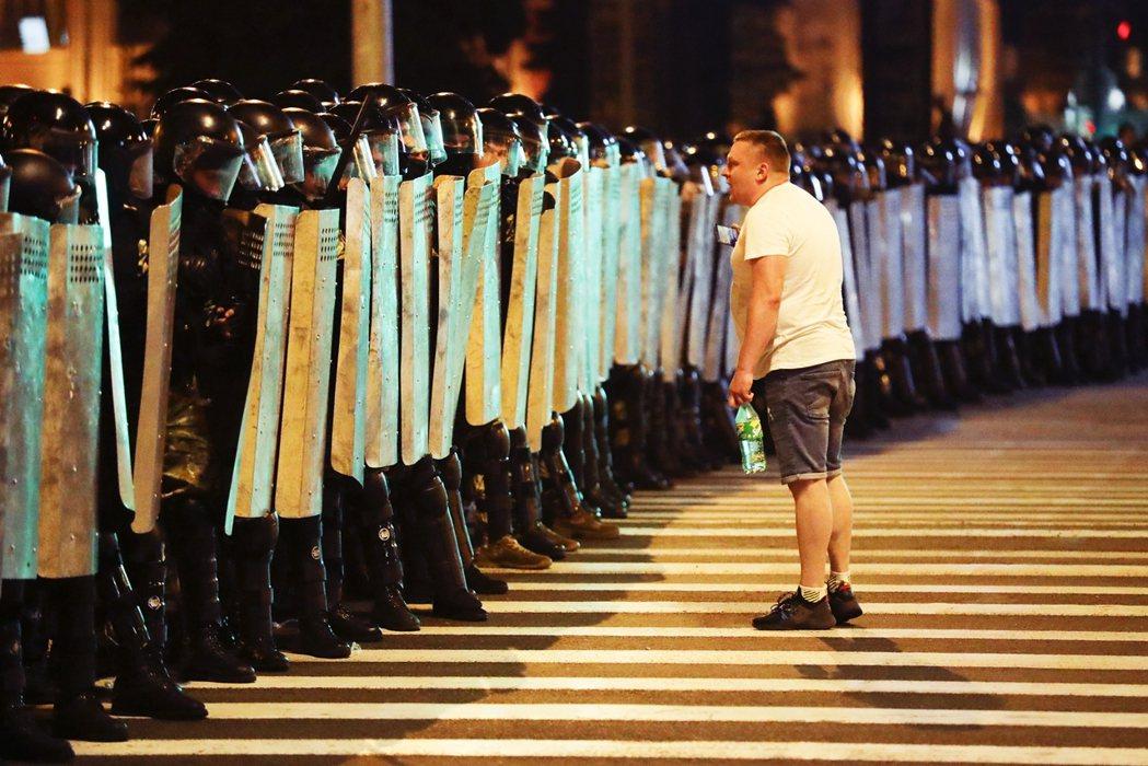 9日晚間起,以首都明斯克為核心的全國多地都出現了大規模反獨裁示威,豈料盧卡申科卻...