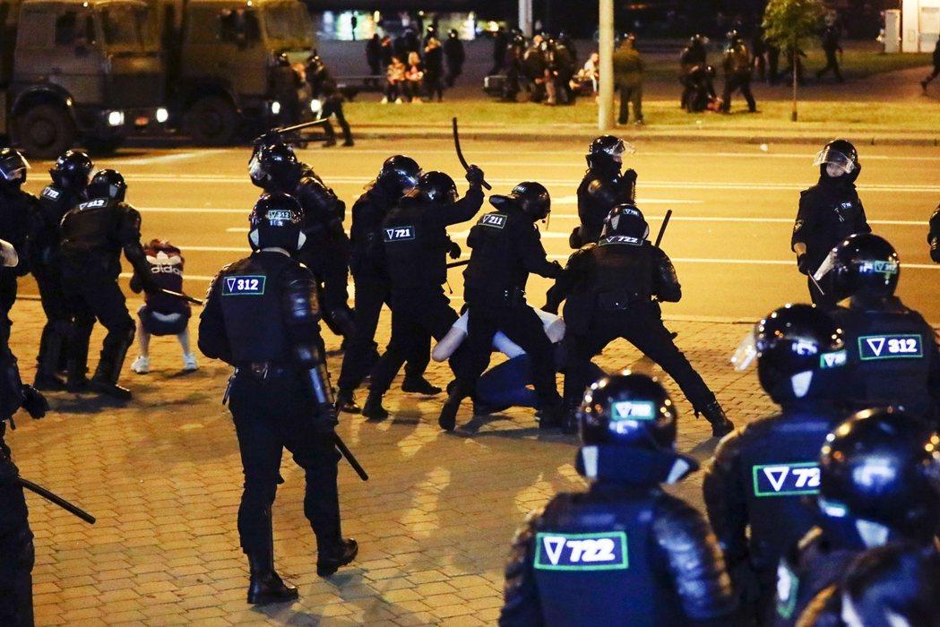 10日,白俄羅斯警方在明斯克的武力驅離。 圖/美聯社