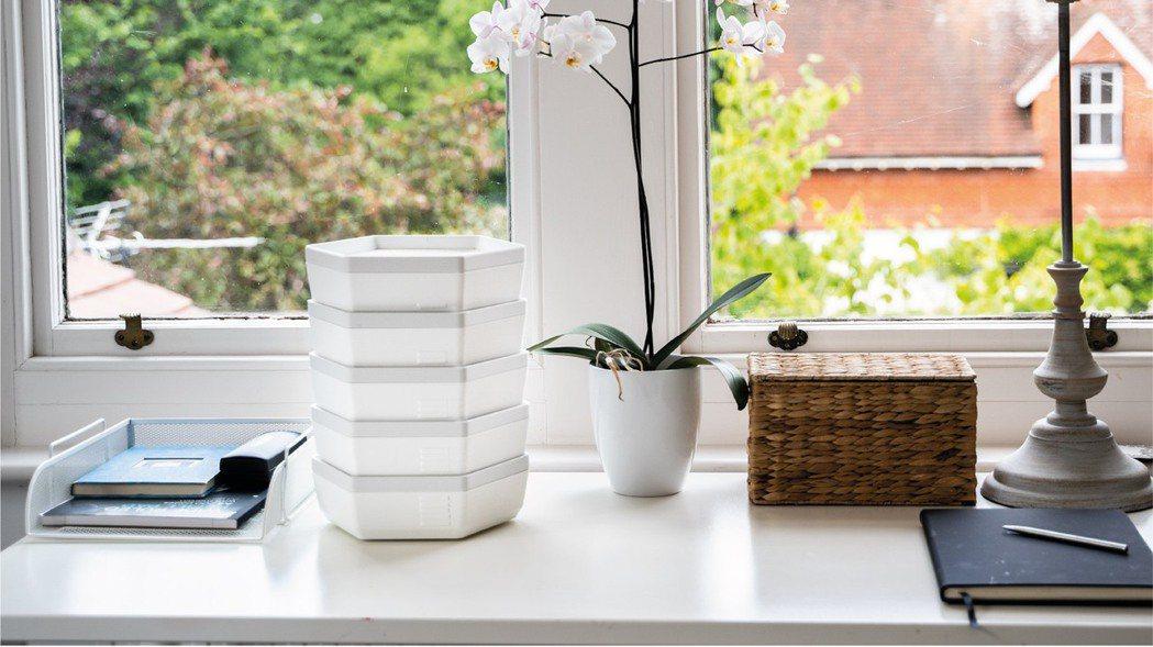 「Re_」由5個白色可堆疊的托盤容器組成,其大小規模與設計可自然融入家中。 圖片...