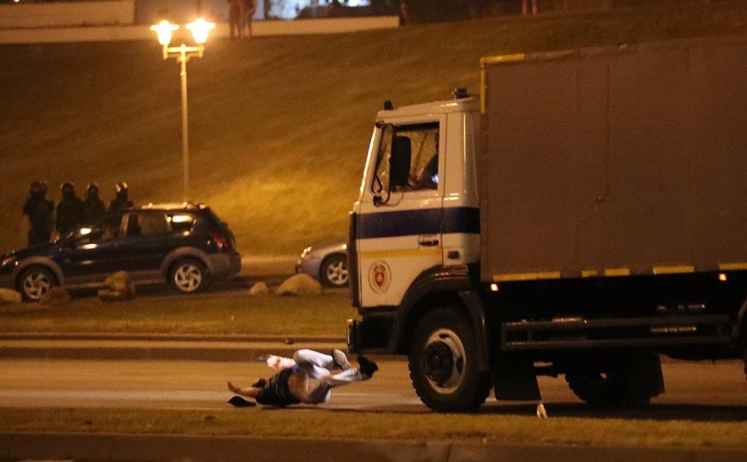 9日當晚,一輛警務巴士直接朝人群衝去,當場撞死至少一名街頭示威者。 圖/歐新社