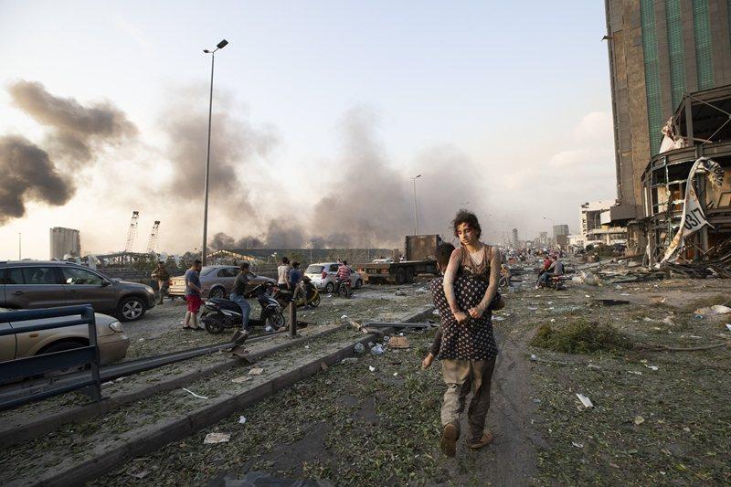 這場爆炸造成超過百人死亡,估計有30萬人失去家園,圖攝於8月4日。 圖/美聯社