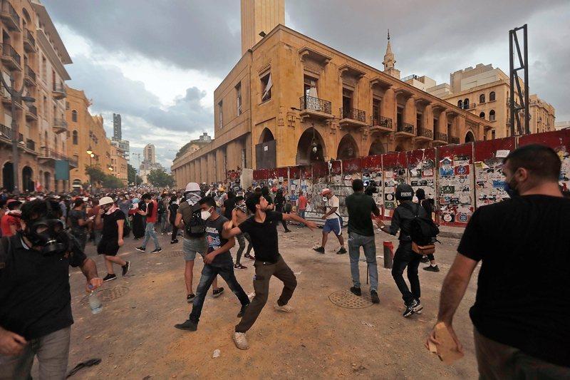 黎巴嫩從去年9月以來,貨幣持續暴跌,惡性通貨膨脹與高物價引發人民不滿,圖攝於8月10日。 圖/法新社
