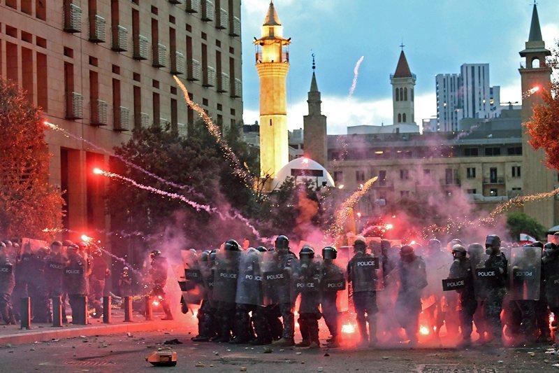 爆炸過後人們再度走上街頭示威卻遭到強力鎮壓,再度惡化政府和人民關係。圖攝於8月10日。 圖/法新社