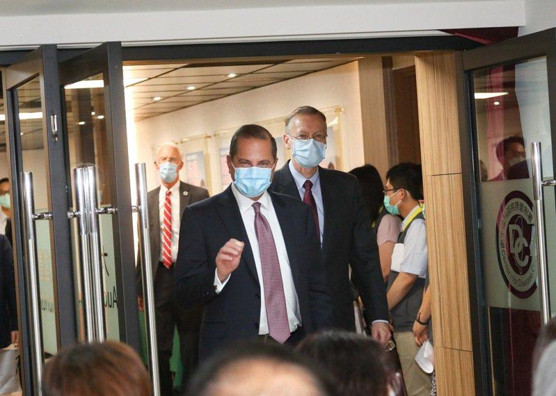 美國衛生部長艾薩(Alex Azar)(中左)、美國在台協會(AIT)台北辦事處長酈英傑(中右)。 中央社