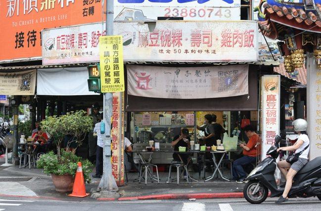 位於艋舺祖師爺廟旁,販售焢肉飯、麻豆碗粿的「一甲子餐飲」入選2020米其林必比登...