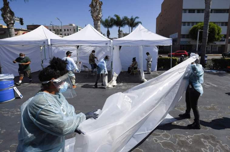 報導指,全美重疫州的確診人數有所下降,是一個月來最低。圖為加州洛杉磯市的臨時免費...