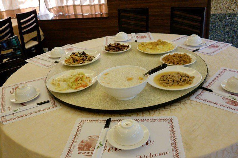 為家庭遊客準備的圓桌早餐,就像在家裡一樣的溫馨溫暖。
