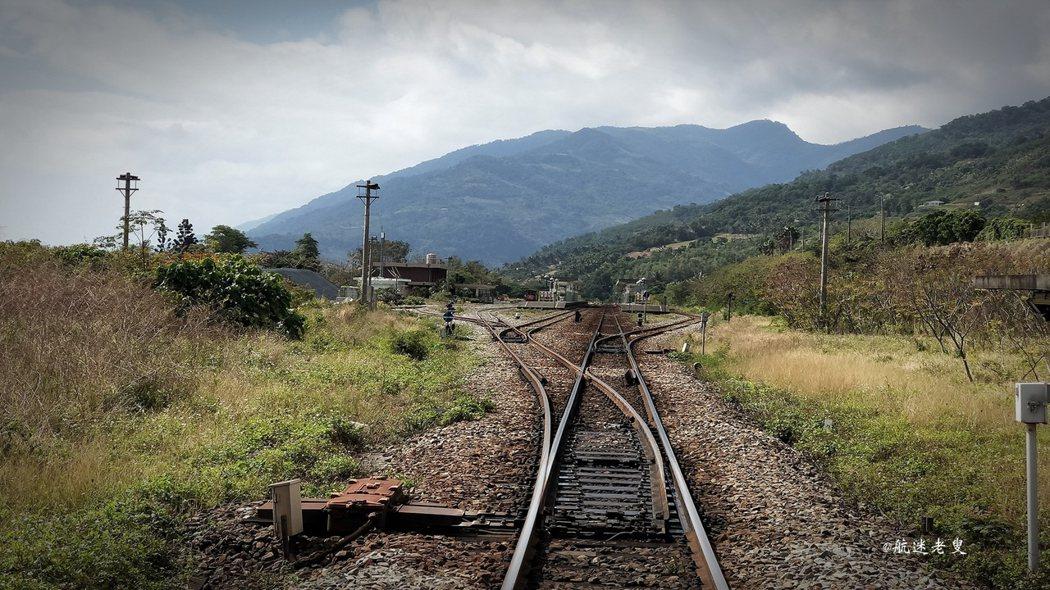 鐵道周圍伴著柴油引擎的味道,往車站望去黑白模式下的鐵軌, 光與影的交錯,火車遠端看走過的軌跡,糢糊了畫面,也糢糊了時間的流動。