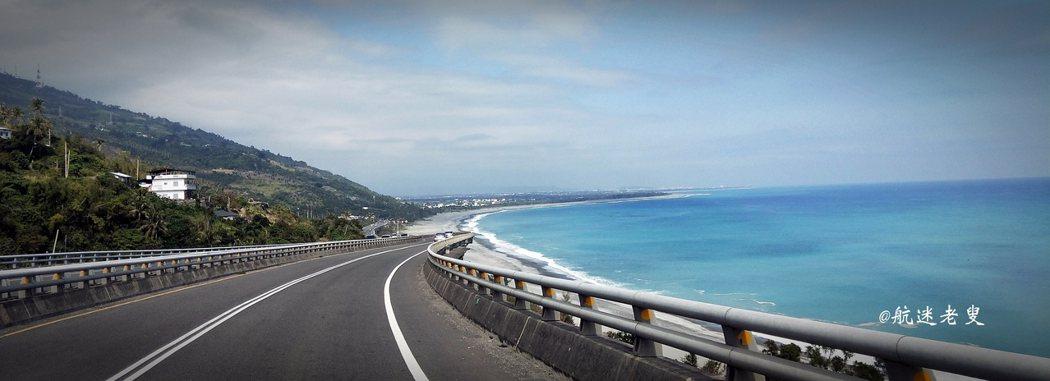 道路旁延伸著一片新月形的白色沙灘,由公路往下眺望, 優美的海灣弧度襯著蔚藍深邃的海洋,和背後蔥蘢的山崖, 山海交織,公路沿線最美的一景。
