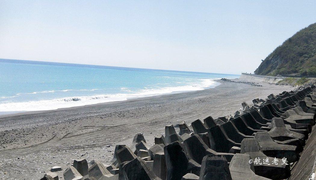 停好車後會發現路旁有做長長的消波塊, 眼前的沙灘平坦,多良火車站就在這堆消波塊身後。