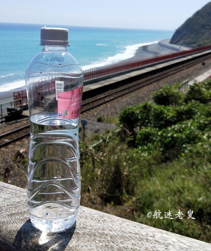 海,藍天,距離近的仿佛伸出手就可以碰觸到....... 美麗的風景,我想裝進瓶子裡~