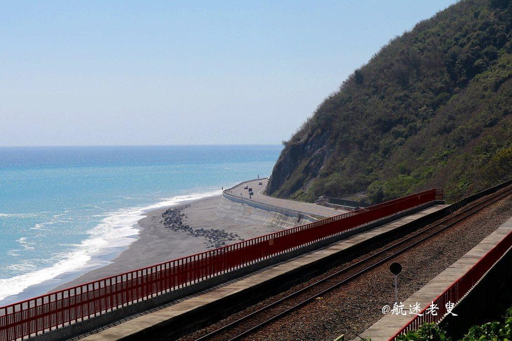 多良車站正好在半山腰上面對著太平洋, 車站旁翠綠的山脈與車站內紅色的欄杆形成強烈顏色對比, 加上火車經過山洞時會與海景成排列線條讓, 期待列車能從隧道這頭呼嘯而出,因此這裡是拍攝角度。