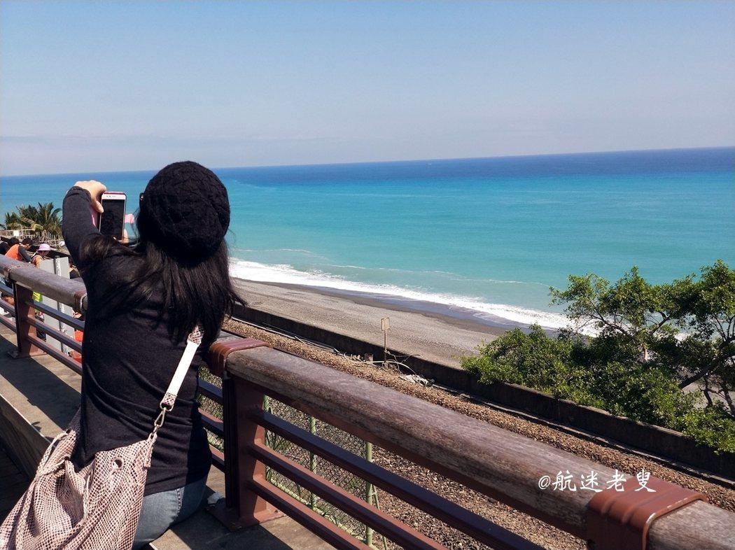遊客特意等在此看火車經過的那一刻, 女生都會很想用相機將火車與蔚藍的海面定格, 這位姑娘也許承載著的是她那些年的青春和情懷吧!