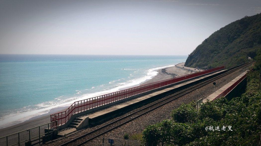 火車站真的很美多良,火車沿著海岸線開, 匆匆從隧道出來的時候,很唯美。