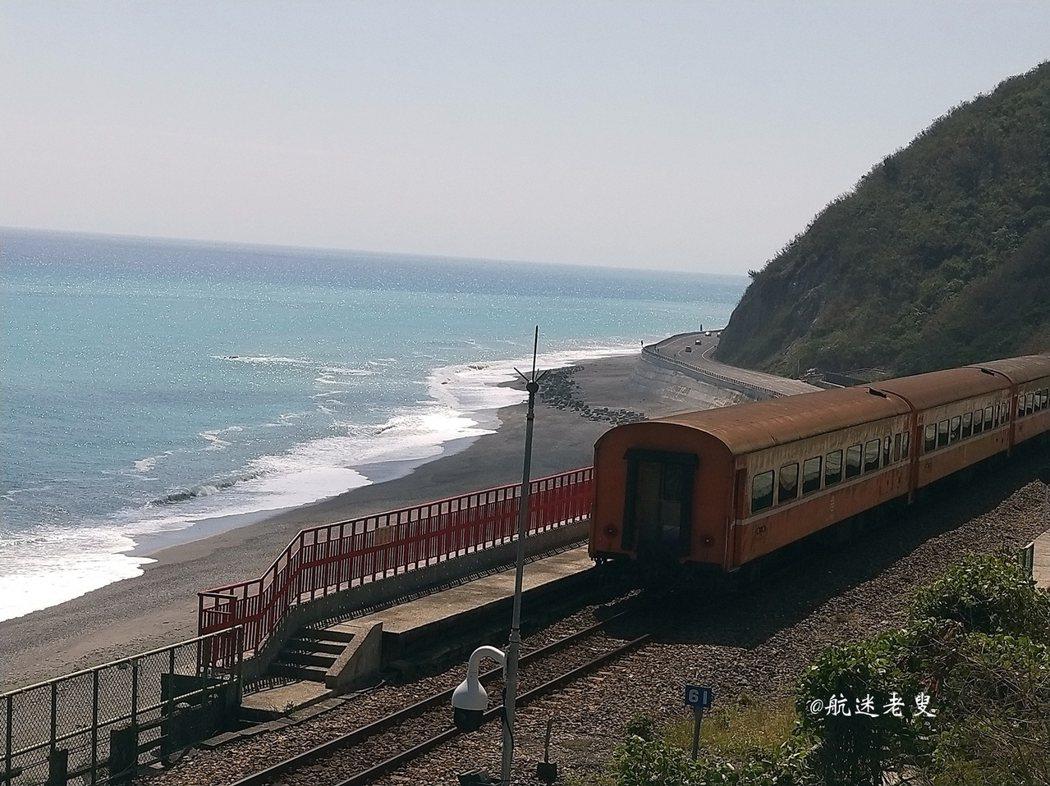 看著火車漸漸的駛近心裡充滿興奮,好美啊!! 但是頂著大太陽等待就為了拍這一幕, 雖然汗流浹背的,我還是覺得值得等待的!