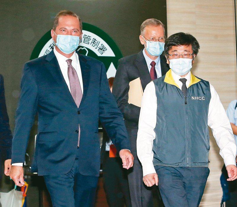 美國衛生部長阿查爾(左起)在AIT處長酈英傑、疾管署長周志浩陪同見證台美簽署「醫衛備忘錄」。記者侯永全/攝影