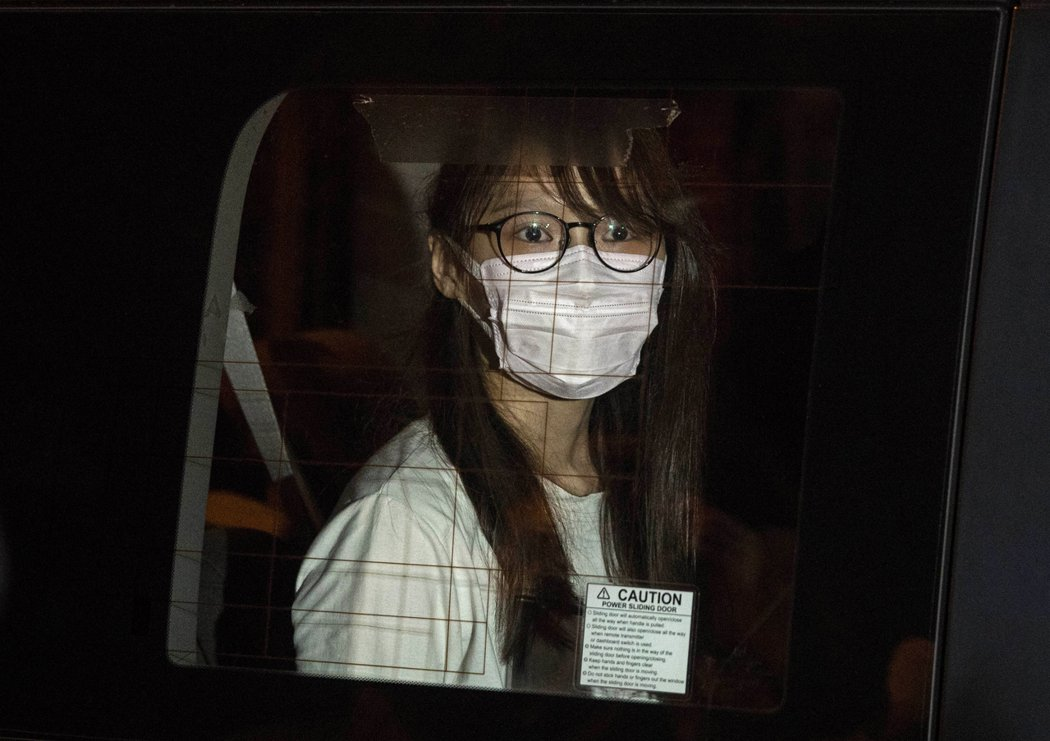 前「香港眾志」核心成員周庭,十日晚間遭香港警方以涉嫌違反港版國安法為由逮捕。(美聯社)
