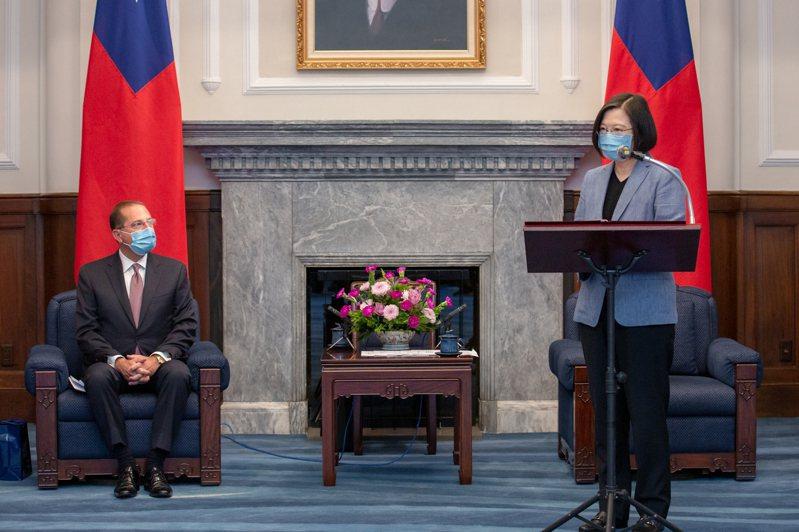 蔡英文總統(右)接見美衛生部長阿查爾(左),阿查爾一時口誤,稱蔡為「習總統」。圖/總統府提供