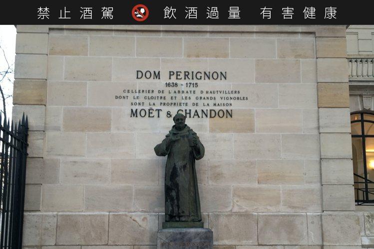 人稱「香檳之父」的Dom Pérignon修士雕像,屹立在香檳王酒廠入口處。圖/...