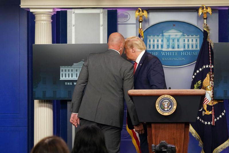 川普今天在白宮新聞記者會開始時突然離席。路透