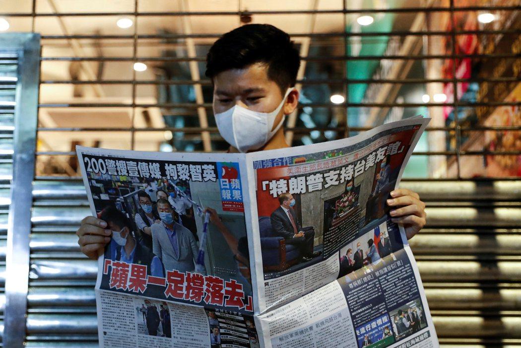 對於黎智英被捕,港人以「爆買」蘋果日報表達支持。路透