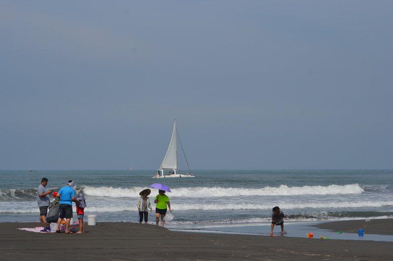 台南市漁光島禁止游泳,但海灘痊癒開放,任你踏浪、玩沙。記者鄭惠仁/攝影