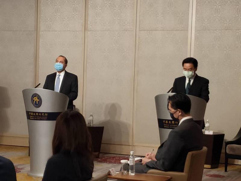 美國衛生部長阿查爾(左)和外交部長吳釗燮(右)今天會面。記者徐偉真/攝影