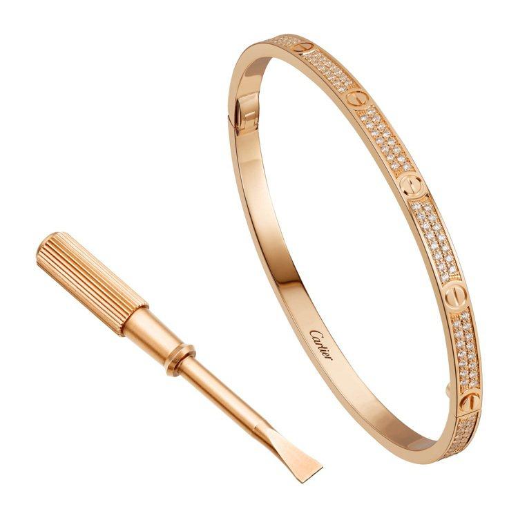 卡地亞LOVE玫瑰金舖鑲鑽石窄版手環,76萬5,000元。圖/卡地亞提供