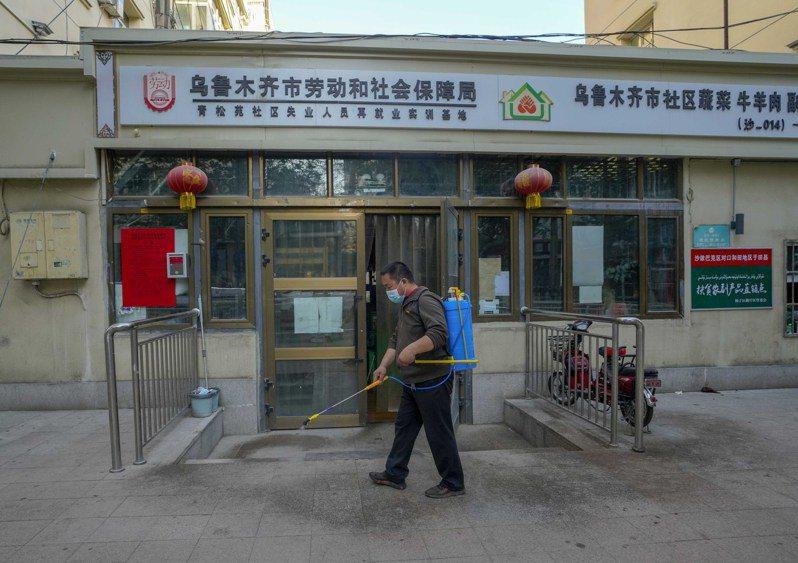 新疆10日又新增13例新冠肺炎本土病例。圖為8月10日凌晨,烏魯木齊一處農產品批發交易市場於營業前進行消毒工作。新華社