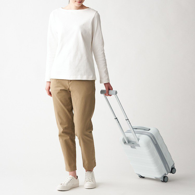 無印良品四輪硬殼止滑拉桿箱推出白色新款,3,900至8,500元。圖/無印良品提...