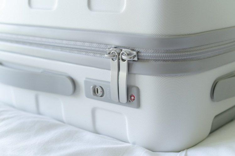 白色新款將側邊的防護邊條及拉桿、輪軸皆改為灰白色系。圖/無印良品提供