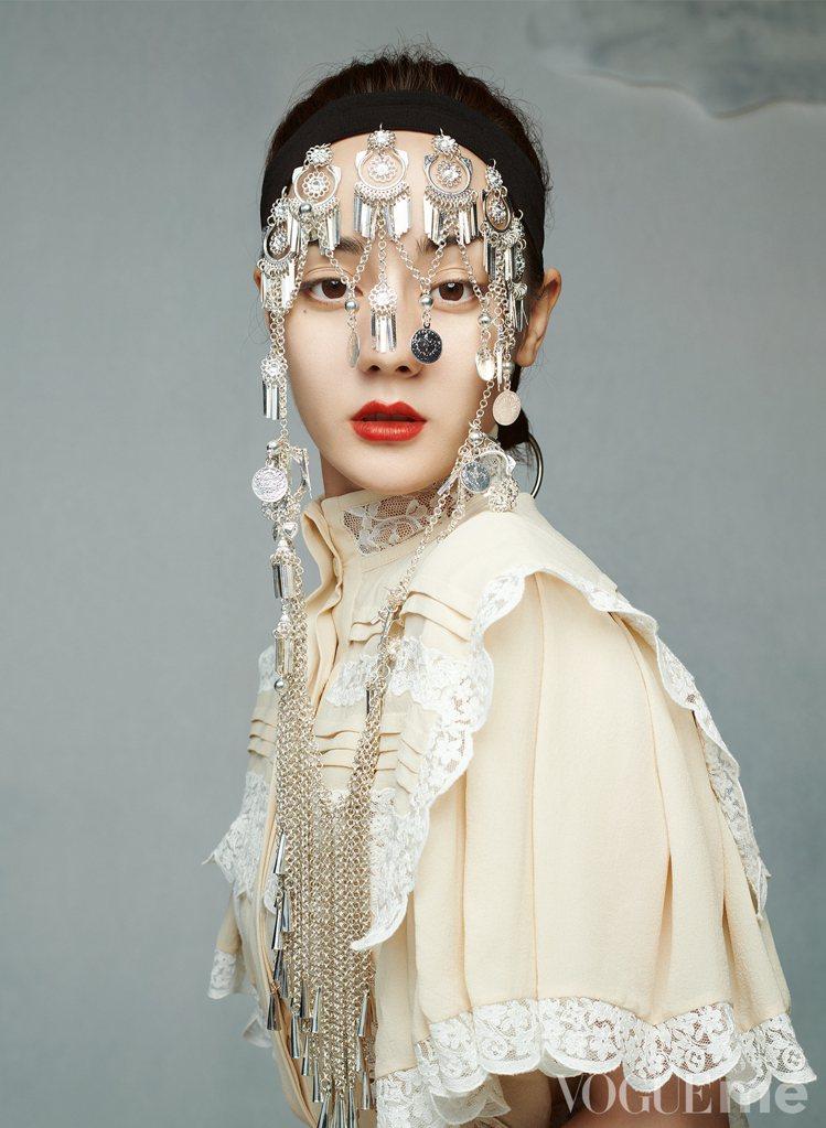 迪麗熱巴在大陸版《VOGUE》雜誌身穿2020早秋系列。圖/取自微博