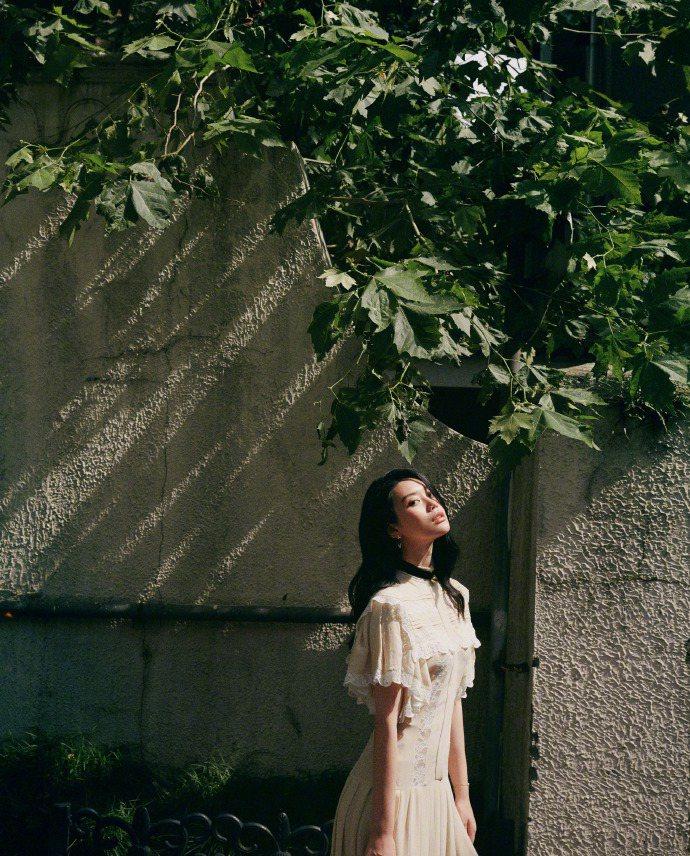 奚夢瑤穿路易威登2020早秋連身裙,先生放閃誇她美。圖/取自微博