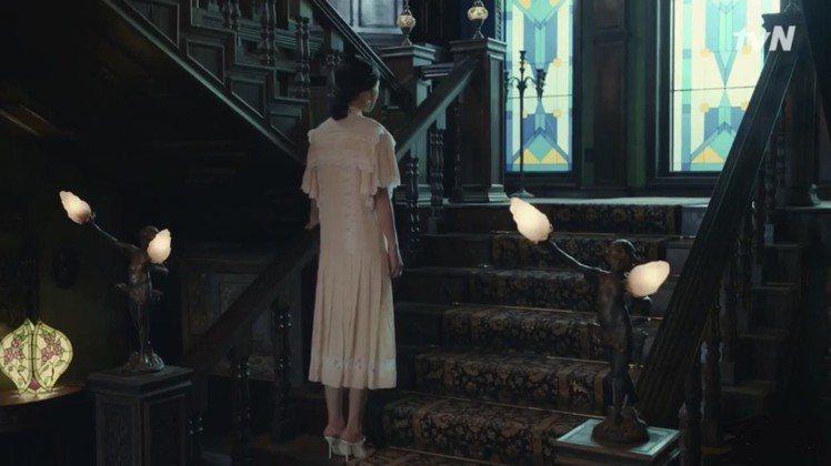 徐睿知在《雖然是精神病但沒關係》第15集身穿路易威登2020早秋連身裙。圖/截自...