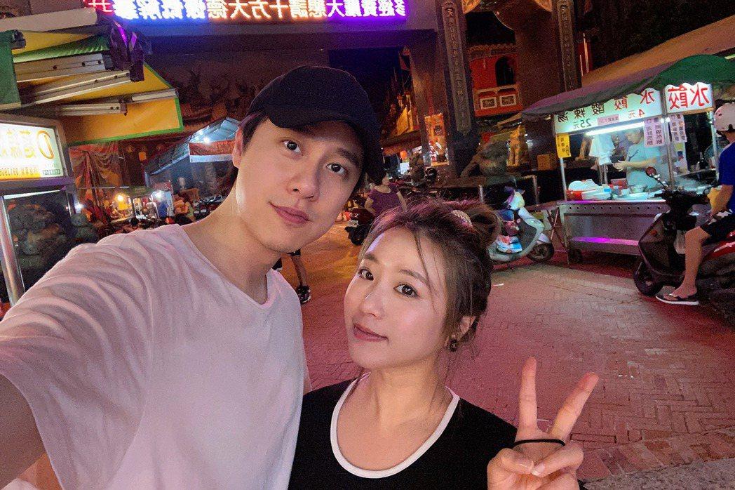 茵聲(右)與男友劉書宏甜蜜合唱「當你孤單你會想起誰」。圖/索尼音樂提供