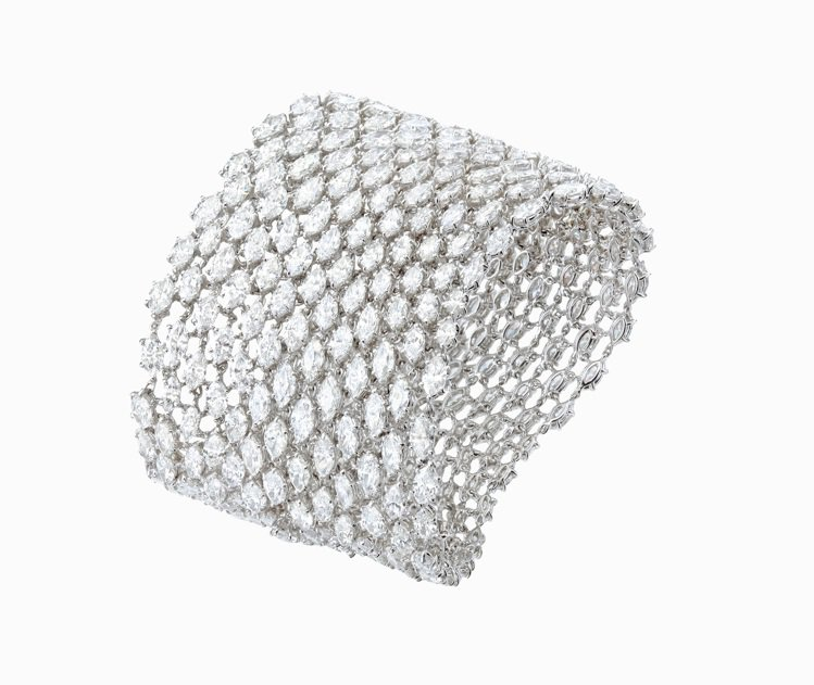 蕭邦高級珠寶系列手鍊,鉑金鑲嵌欖尖形切割325顆93.2克拉鑽石,2,341萬元...