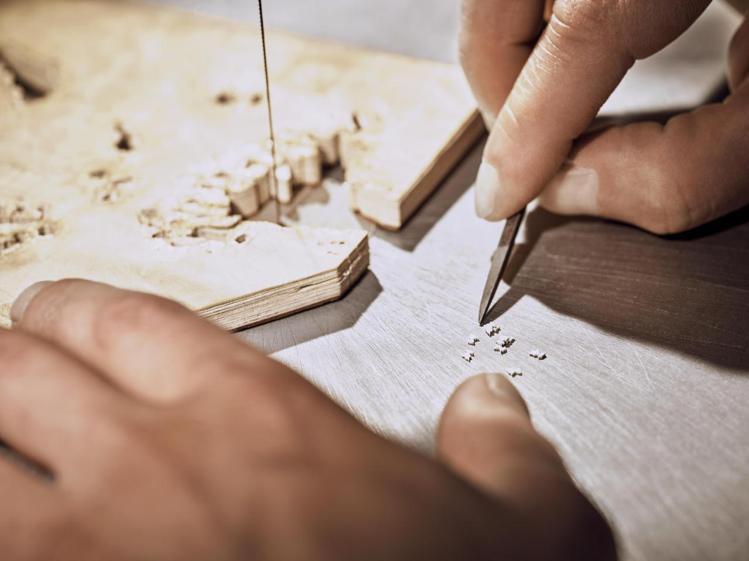 細木鑲嵌是先將木片裁切為小塊、重新以類似馬賽克拼接的方式組合成圖,考驗組裝眼力與...