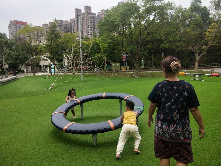 大太陽、乾燥公園靜電易電人,專家建議可接地或濕度管理。記者游明煌/攝影