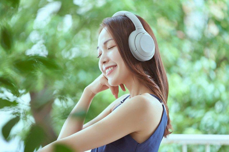 承襲Sony 1000X系列強大的降噪效果,WH-1000XM4帶來更多智慧聆聽功能與AI學習技術。圖/Sony提供