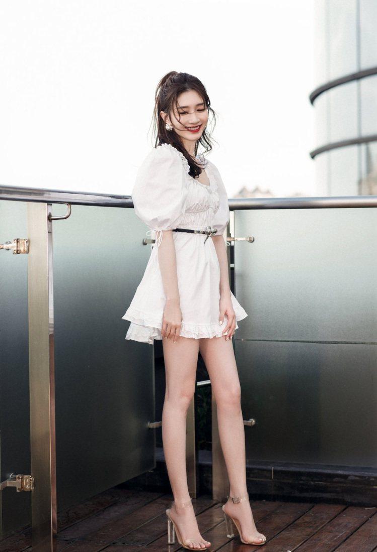 江疏影穿了美國品牌For Love & Lemons的白色花苞袖短洋裝,配澳洲鞋...