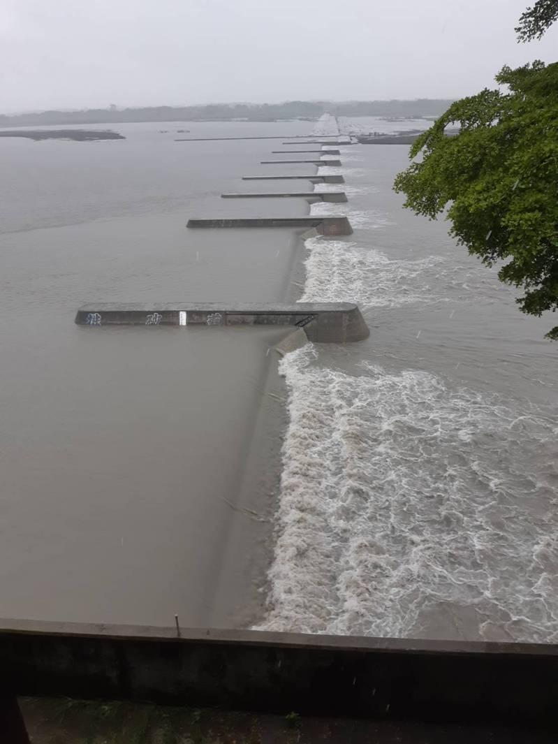 米克拉颱風襲台,高雄山區降雨量不大,不過高屏溪濁度仍有升高,但不至於影響高屏攔河堰抽水。圖/南區水資局提供
