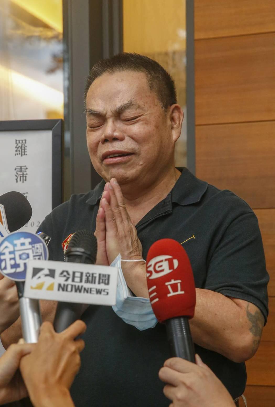 蔡頭在羅霈穎靈堂情緒激動,不時落淚。記者鄭超文/攝影