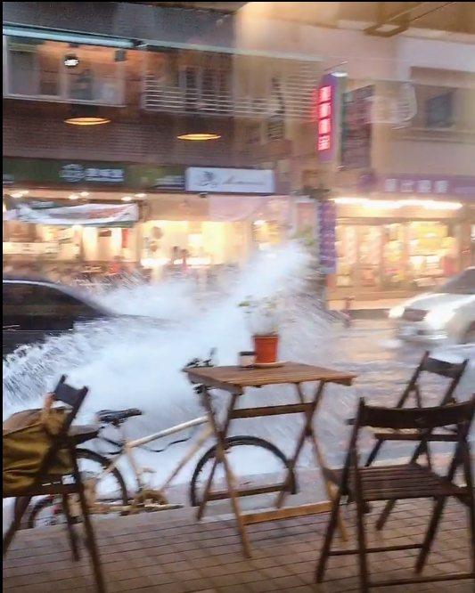 新莊幸福路積淹水,民眾開車行經彷彿在衝浪。圖/翻攝自臉書愛新莊我是新莊人