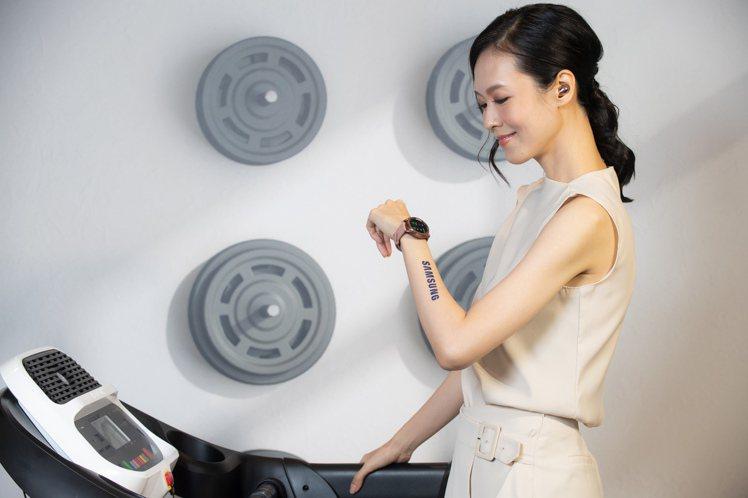 Samsung Galaxy Watch3搭載先進跑步分析功能,能監控跑步時的各...