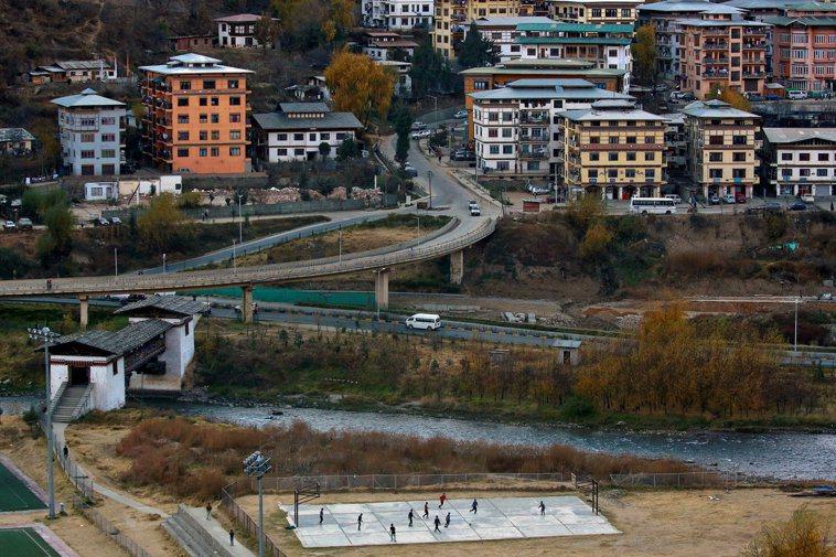 不丹11日實施全國封鎖防疫措施,圖為辛布市市區景色一隅。路透