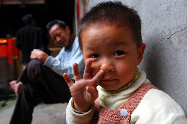 「挖鼻孔」、「揉眼睛」等小動作常在無意間把病菌帶進身體,特別全球新冠肺炎疫情升溫...